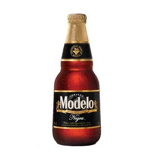 Modelo Negra at On The Border